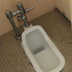 和式トイレのレバー 手で押す?足で踏む?小学校で答えを見つけた!